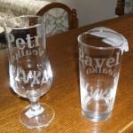 Dvojice sklenic na pivo a na nealko
