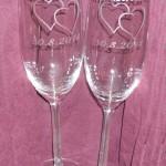 Dvě sklenice na sekt s leptanými srdci a nápisy. Svatební dar.